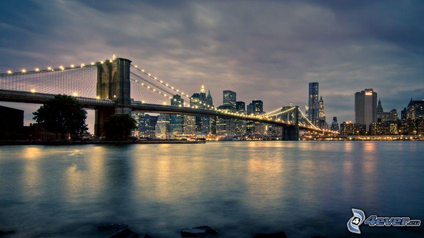 Brooklyn Bridge, večerné mesto