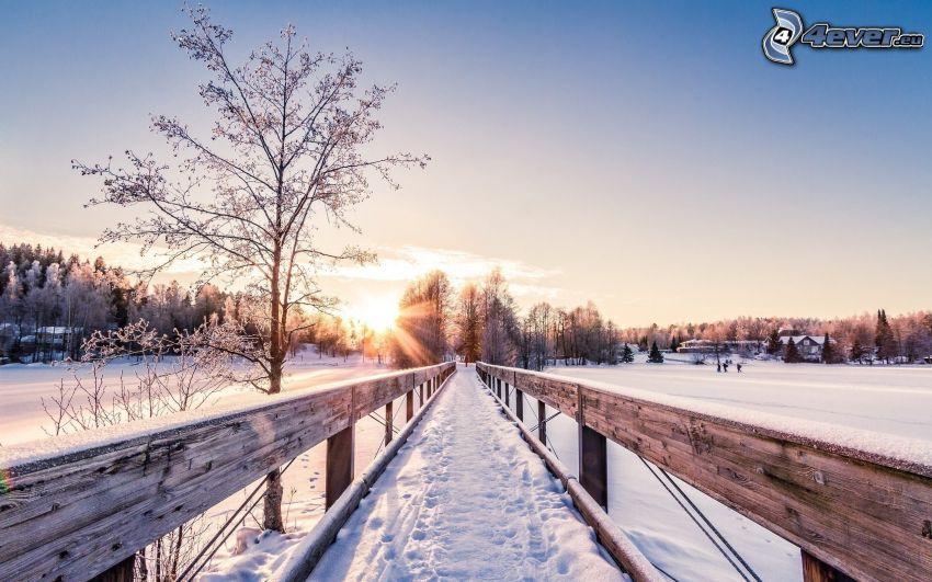 drevený most, zasnežená krajina, západ slnka