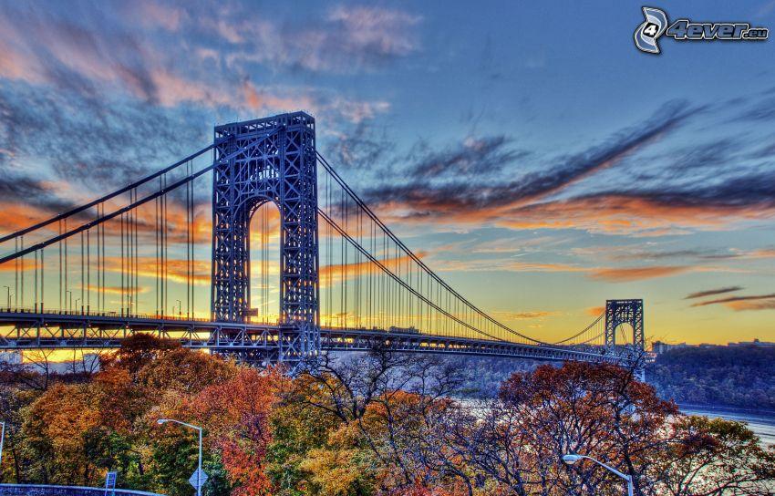 George Washington Bridge, jesenné stromy, po západe slnka, HDR