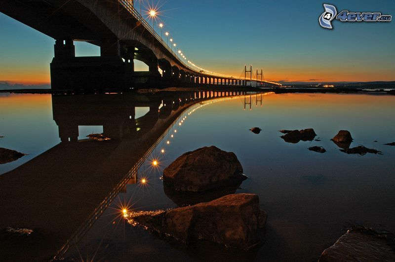 Severn Bridge, osvetlený most, skaly, po západe slnka