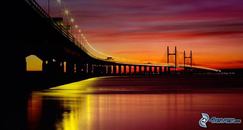 Severn Bridge, po západe slnka, fialová obloha, osvetlený most