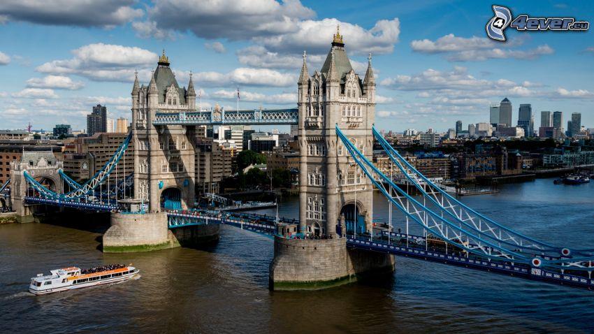Tower Bridge, turistická loď, Temža, Londýn, oblaky