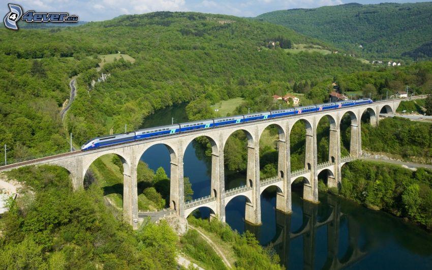 železničný most, vlak, kopce, rieka, stromy