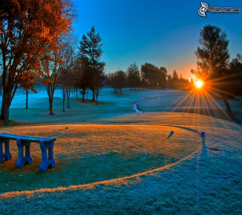 východ slnka, park, cestička, lavička, námraza