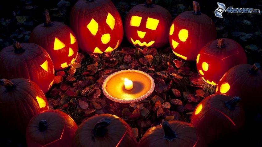 halloweenske tekvice, sviečka, kruh, jesenné listy, tma