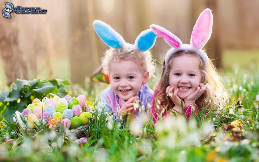 deti, veľkonočné vajíčka v tráve, ušká, smiech, radosť
