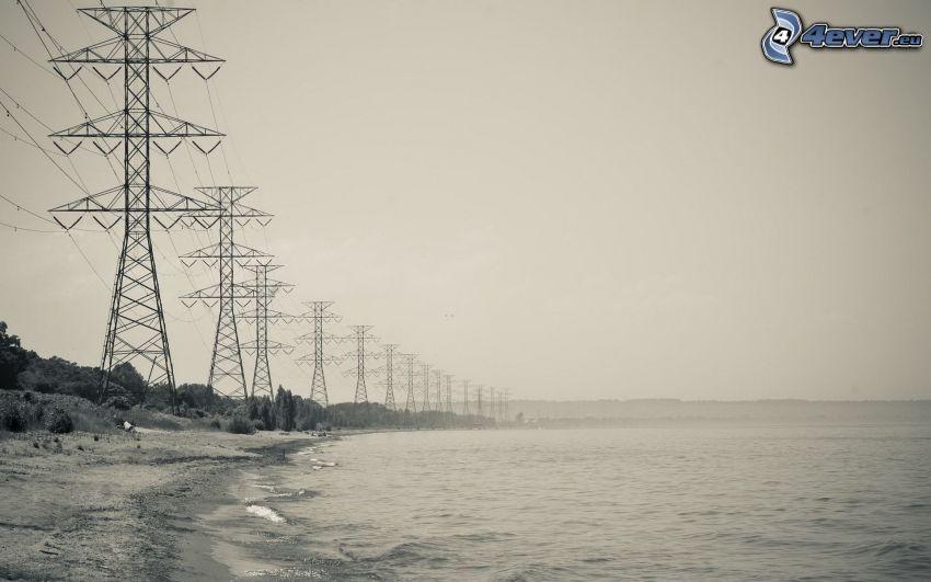 elektrické vedenie, pláž, more, čiernobiela fotka