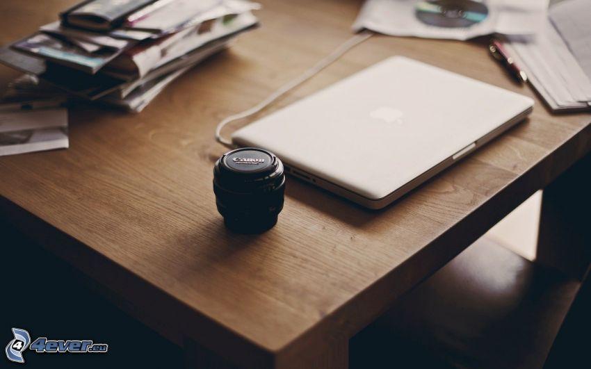 MacBook, pracovný stôl