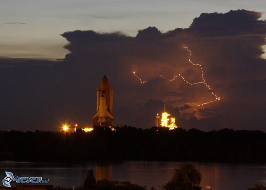 štart raketoplánu, odpaľovacia rampa, blesk