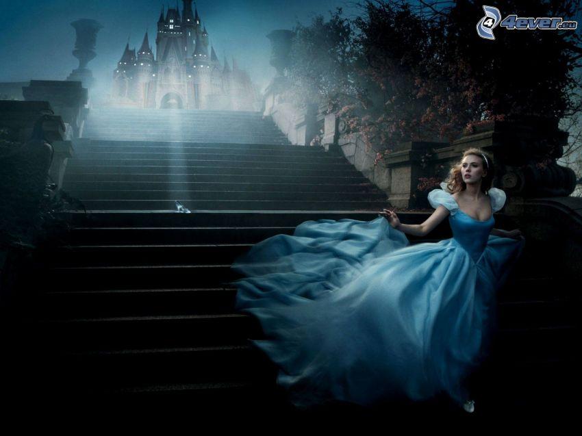 Popoluška, Scarlett Johansson, modré šaty, zámok