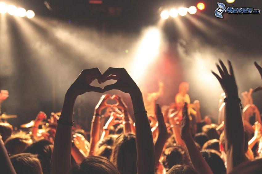 srdiečko z rúk, koncert, dav ľudí, fanúšikovia, ruky