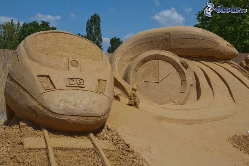 pieskové sochy, vlak, hodinky, koľajnice
