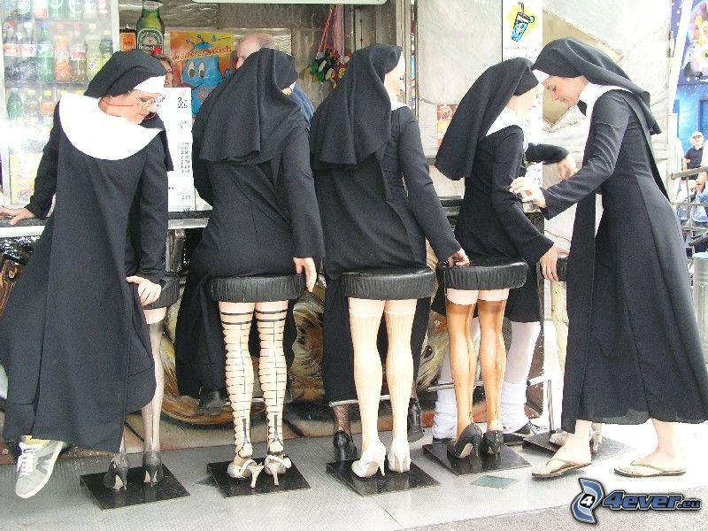 mníšky za barom, nohy