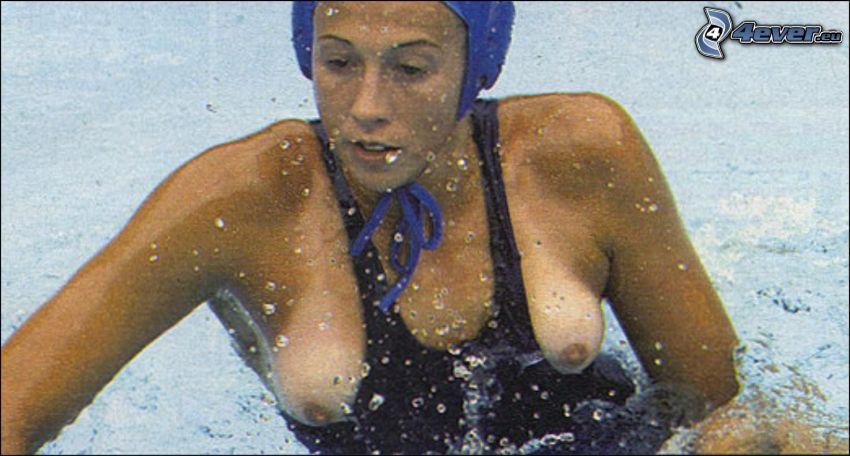 nehoda, vodné pólo, plavkyňa, prsia, bradavky