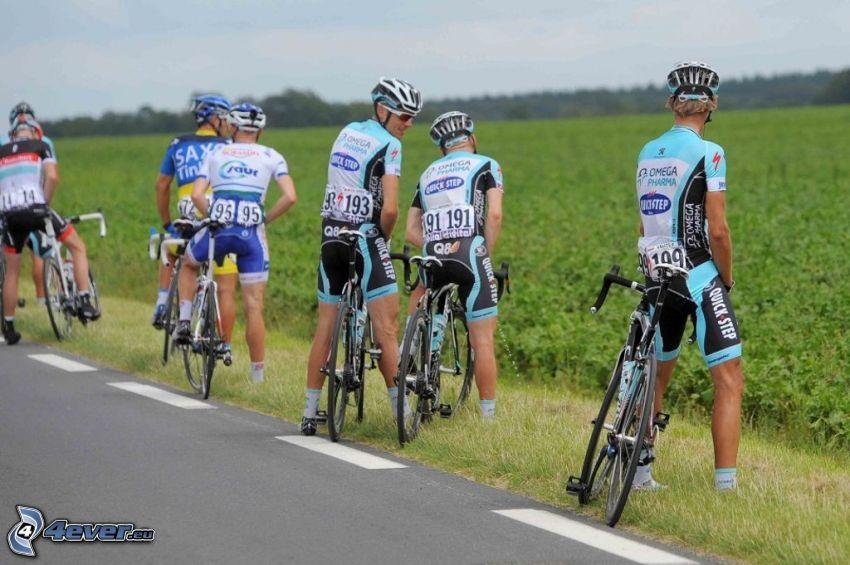 pauzička na Tour de France, cyklisti, pole, cesta