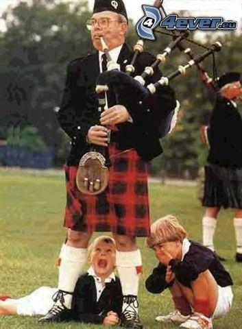 škótska sukňa, prekvapenie, chlapci