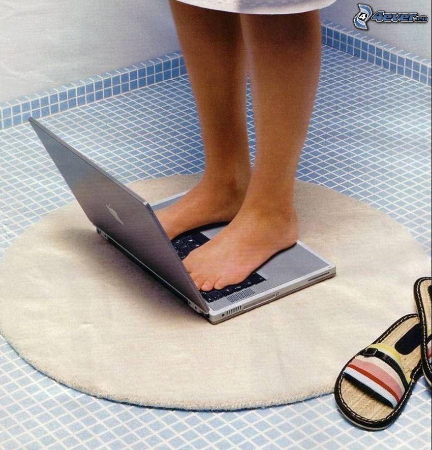osobná váha, notebook, nohy, kúpeľňa