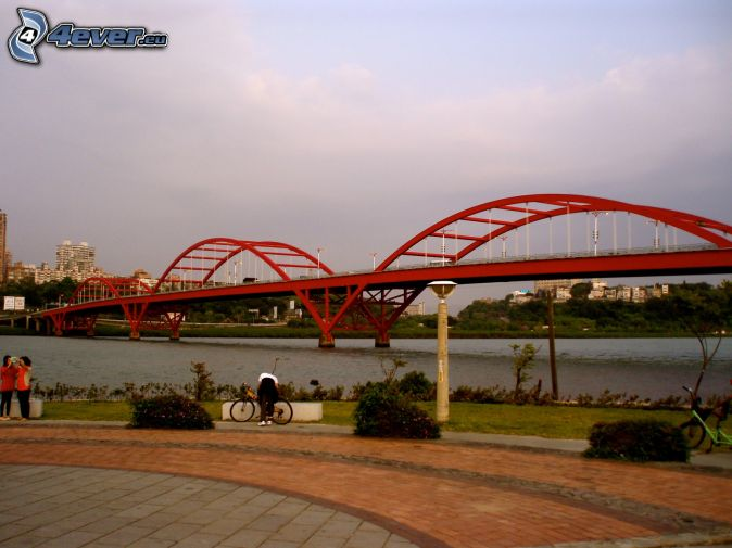 Guandu Bridge, sidewalk