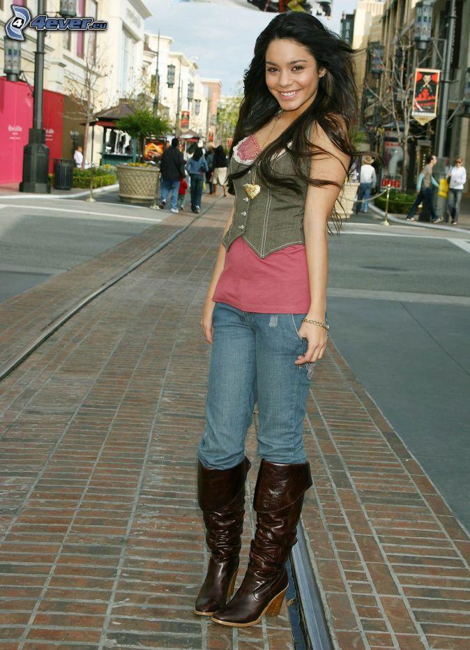 http://pictures.4ever.eu/data/674xX/people/actors-and-actresses/vanessa-hudgens-152172.jpg