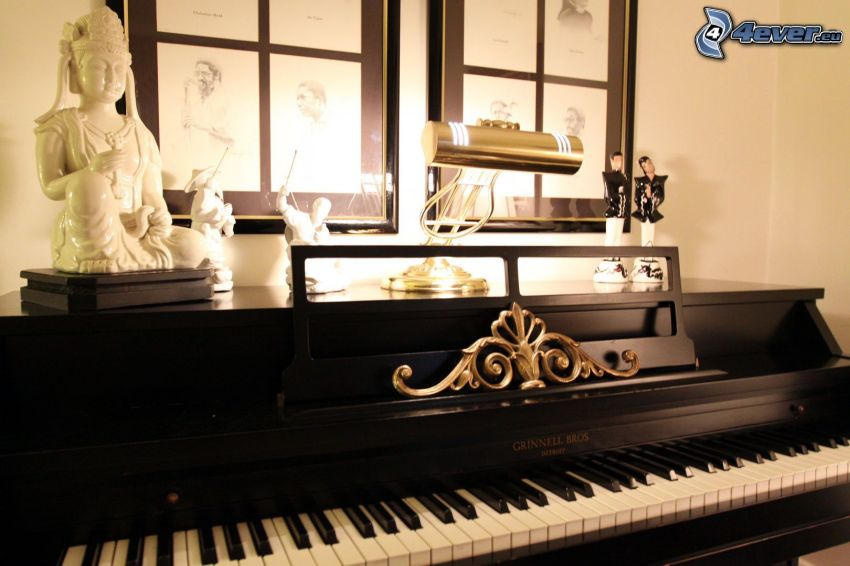 piano, sculptures