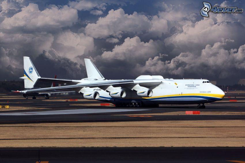Antonov AN-225, clouds