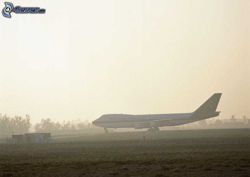 Boeing 747, airport, ground fog