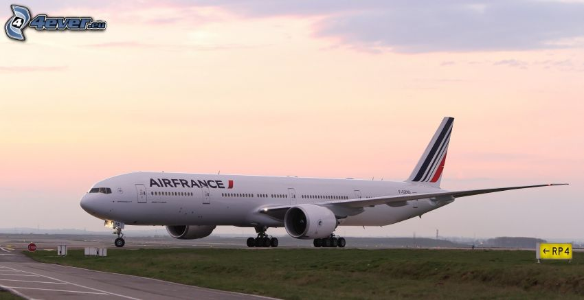 Boeing 777, Air France, airport