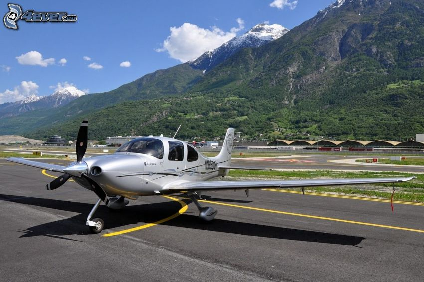 Cirrus SR22, airport, mountains