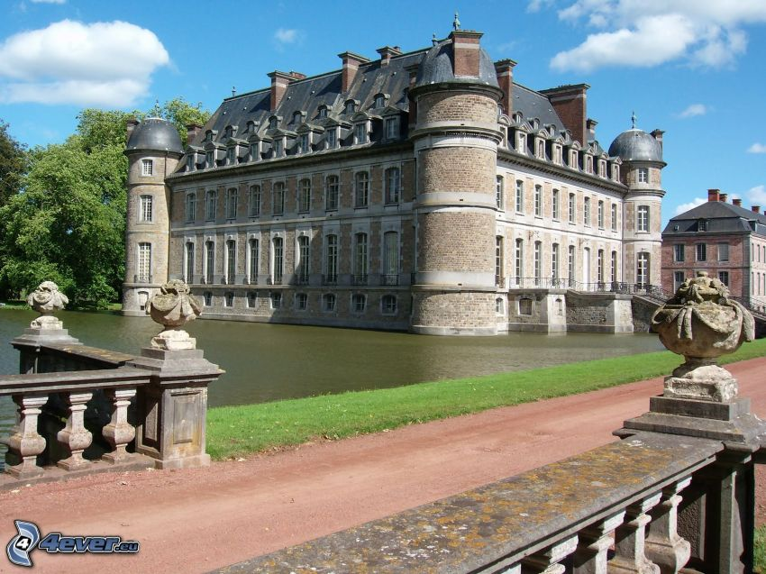 Château de Belœil, lake, sidewalk
