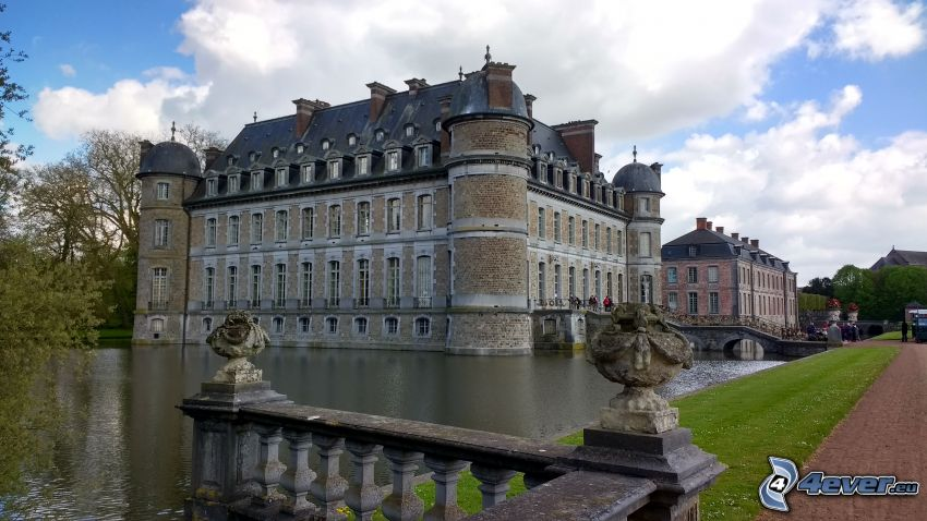 Château de Belœil, lake