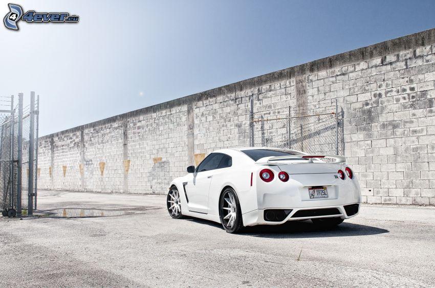 Nissan GT-R, wall