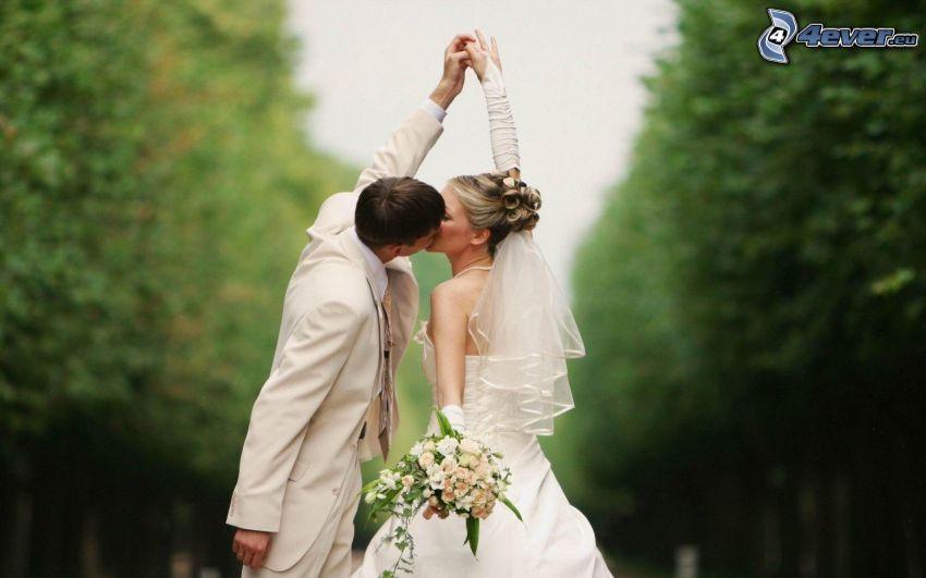 newlyweds, kiss, bouquets