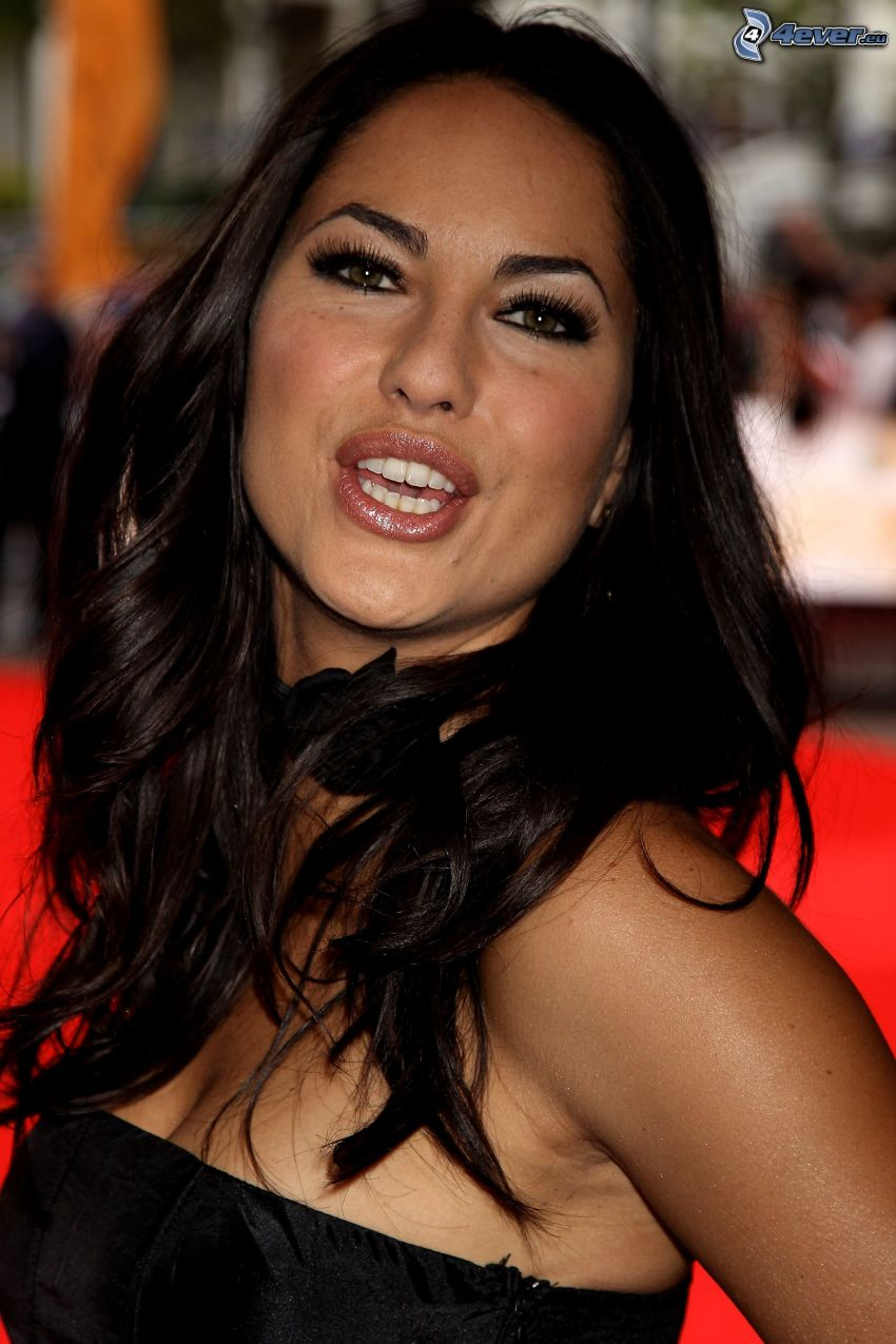 Barbara Mori, grimacing