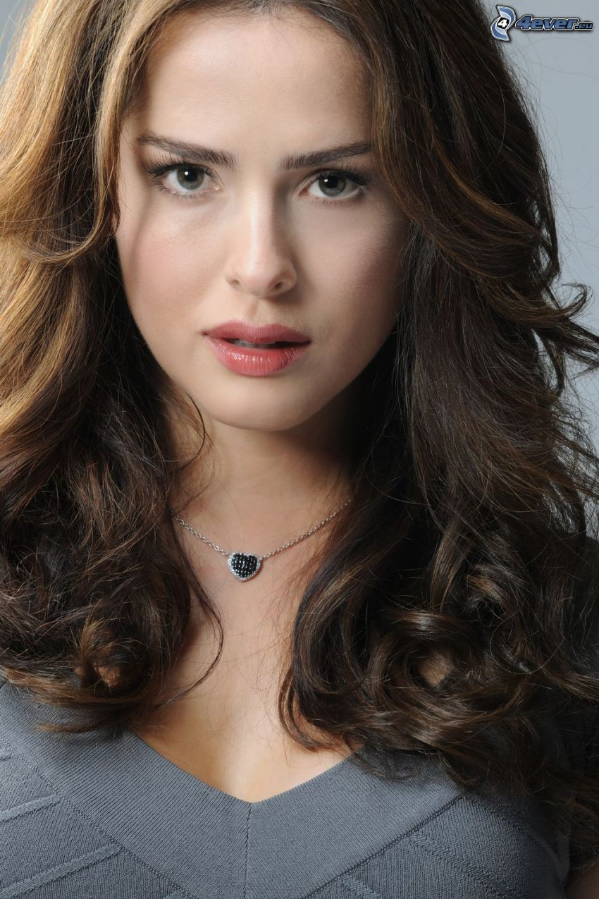 Danna Garcia, necklace, heart