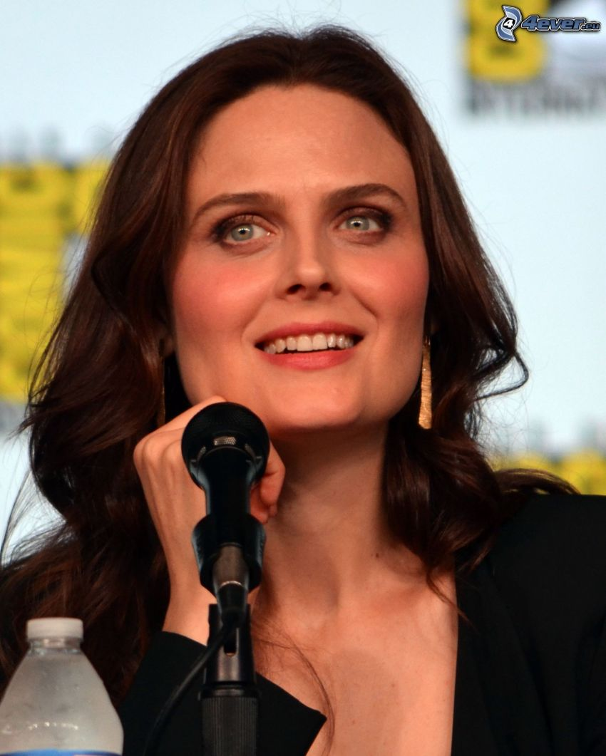 Emily Deschanel, microphone