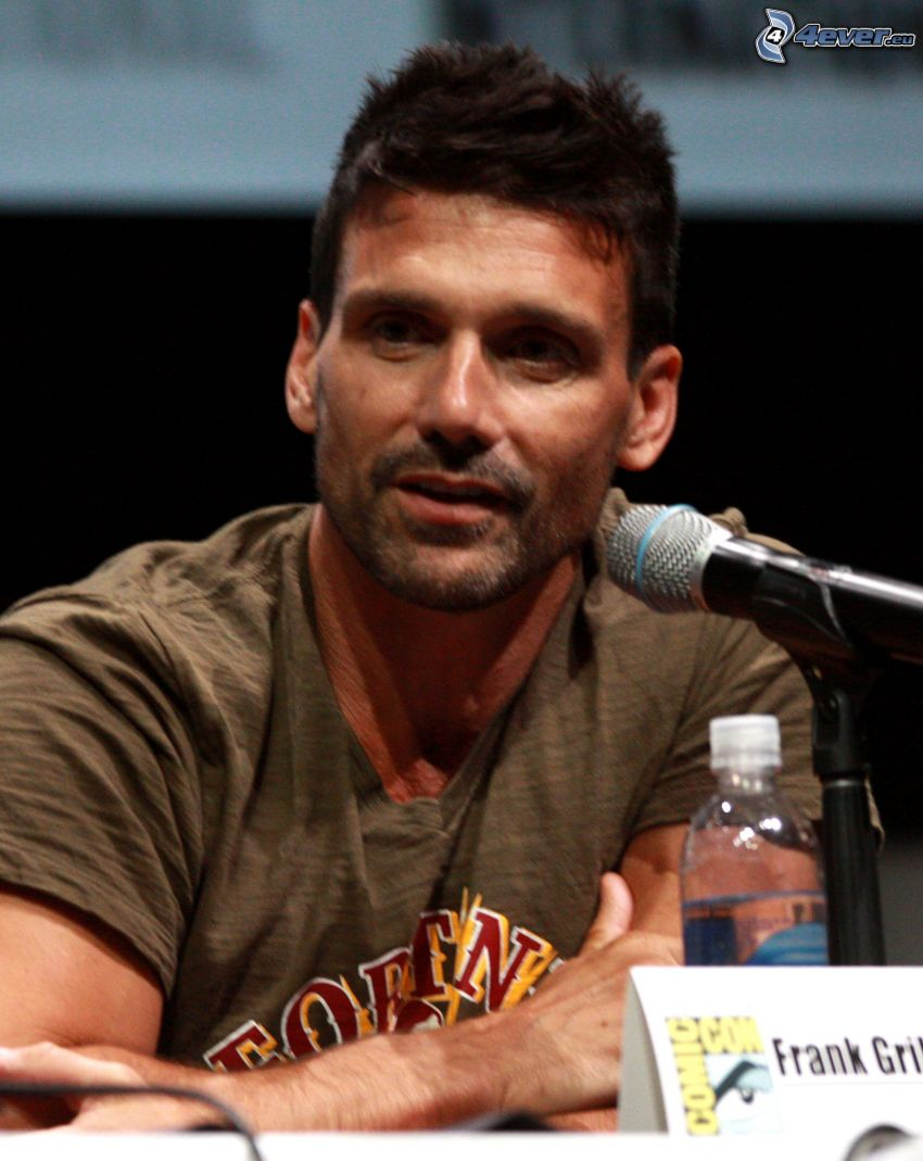 Frank Grillo, microphone