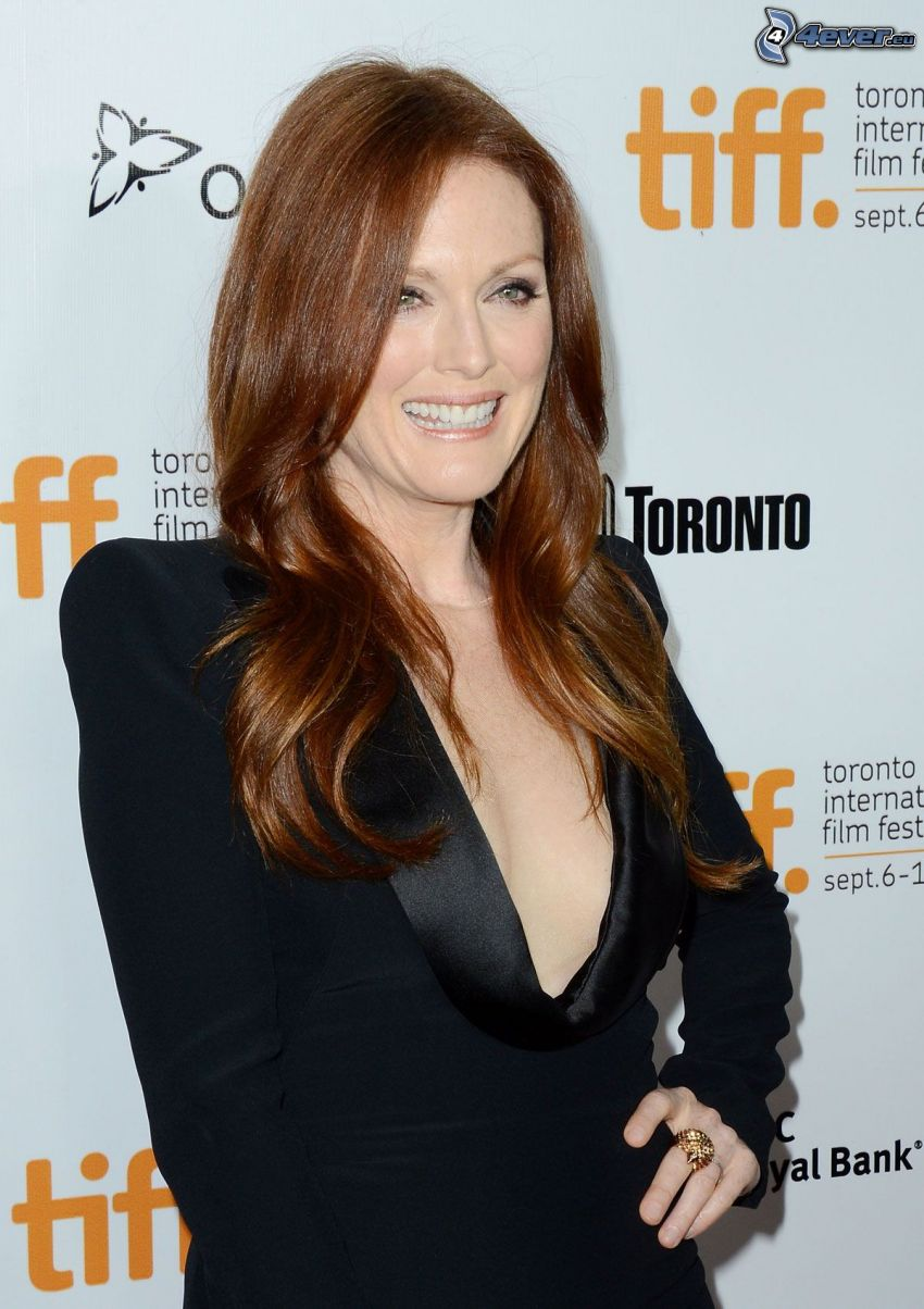 Julianne Moore, smile, black dress