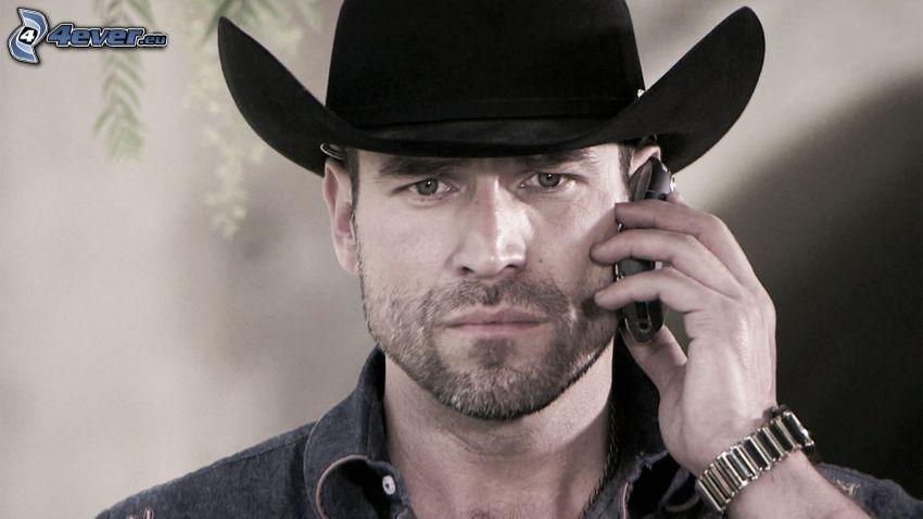 Rafael Amaya, phone, hat