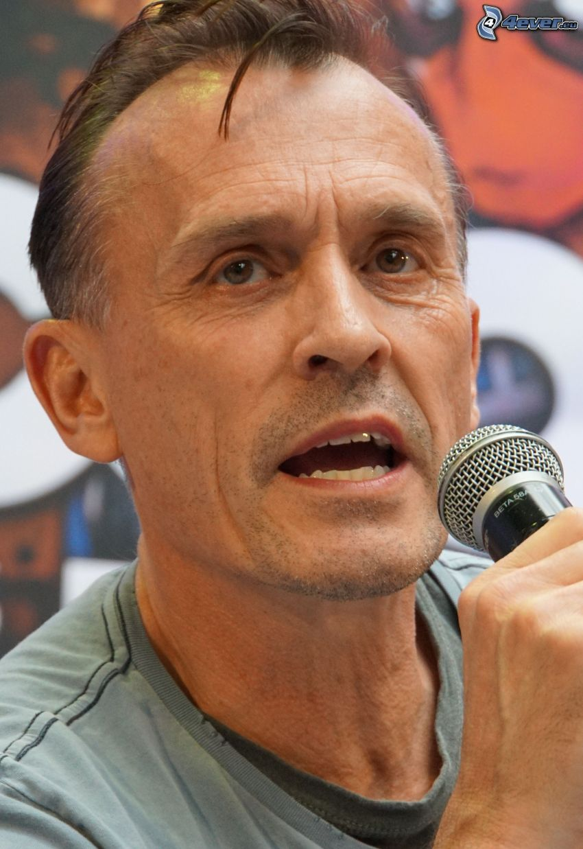 Robert Knepper, microphone