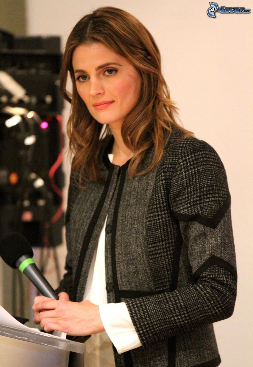Stana Katic, microphone