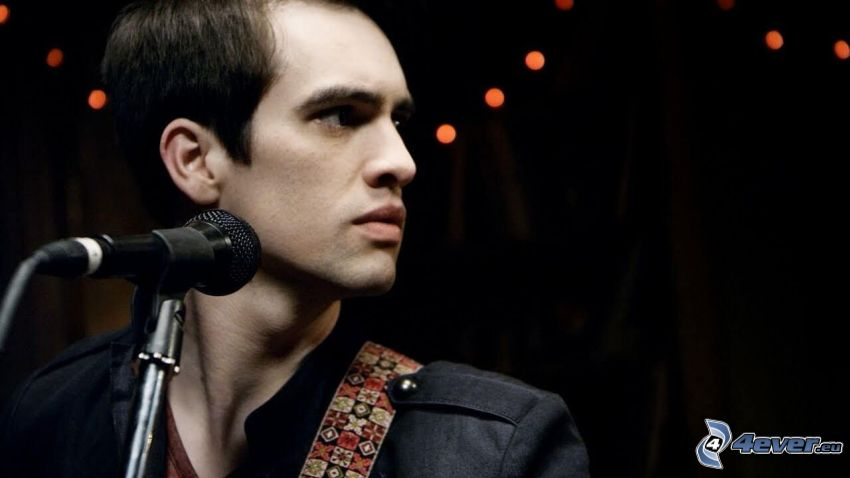 Brendon Urie, microphone