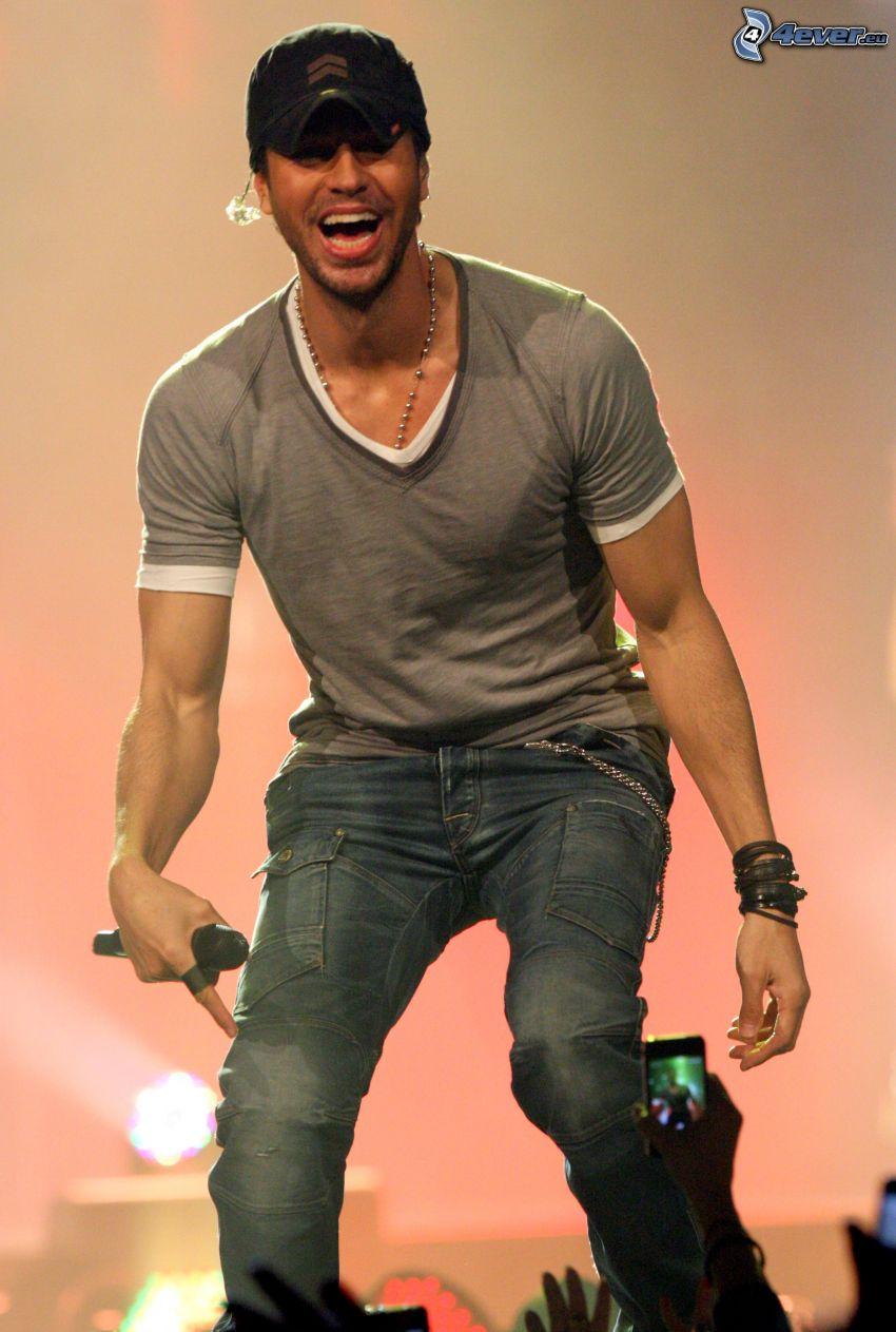 Enrique Iglesias, concert, laughter
