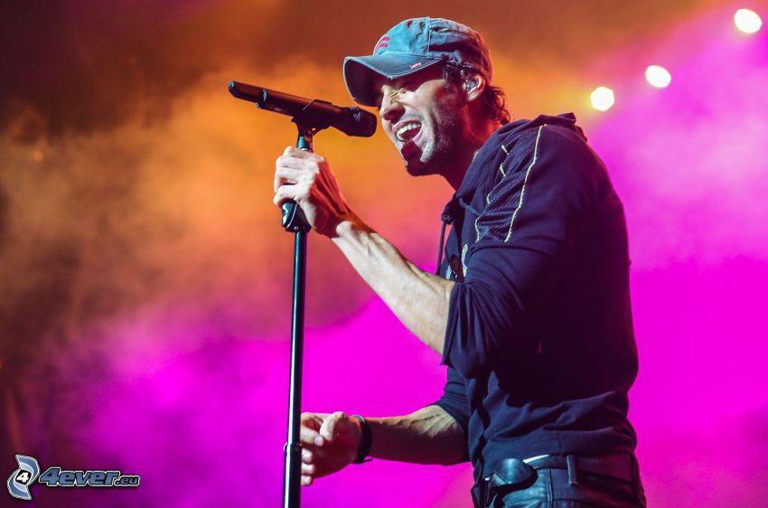 Enrique Iglesias, singing, concert