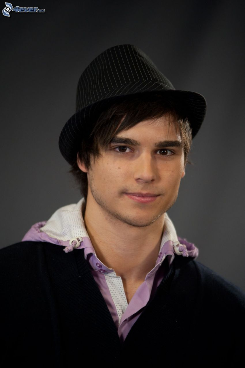 Eric Saade, a man in hat