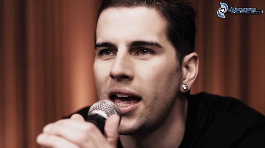 M. Shadows, microphone