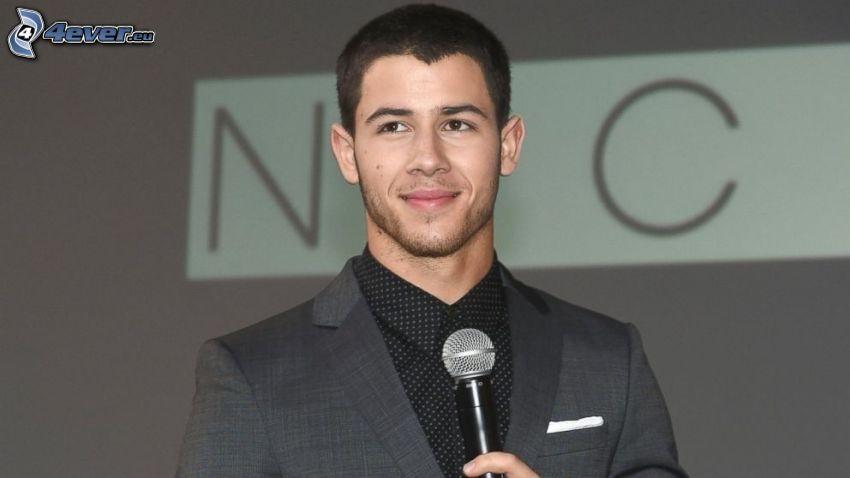 Nick Jonas, microphone